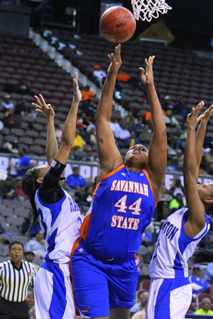 Hampton defenders battle Savannah State for the b...