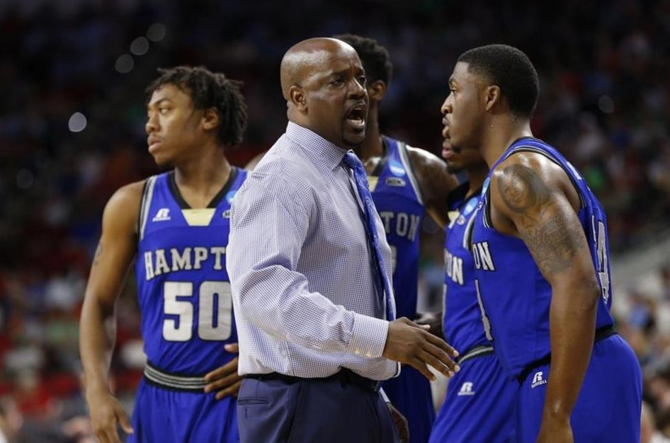 Hampton head coach talks to his team during a tim...